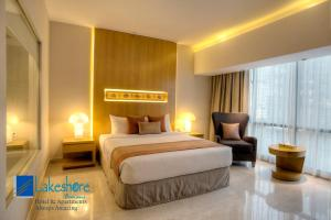A bed or beds in a room at Lakeshore Banani