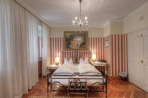 A bed or beds in a room at Hotel Orphée - Kleines Haus