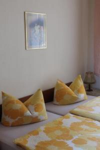 Ein Bett oder Betten in einem Zimmer der Unterkunft Weinbergschlößchen