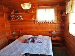 A bed or beds in a room at Auringonnousu Cottage