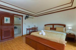 A bed or beds in a room at Patong Rai Rum Yen Resort