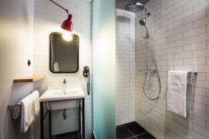 Ein Badezimmer in der Unterkunft pentahotel Liège