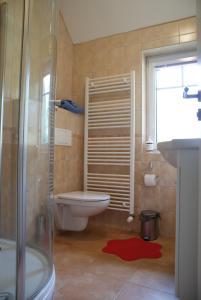 Een badkamer bij B&B en mini-camping Pension Kidafo