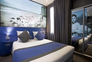 A bed or beds in a room at Hôtel Montmartre Mon Amour