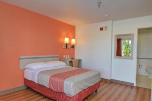 Postel nebo postele na pokoji v ubytování Motel 6-Twentynine Palms, CA