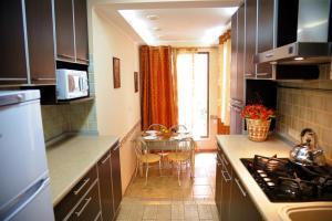 A kitchen or kitchenette at Apartment on Pushkinskaya 16