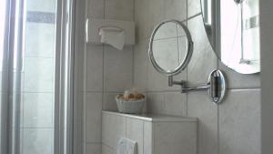 A bathroom at Hotel Kronprinzen