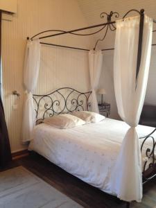 A bed or beds in a room at La Villa Côté Mer