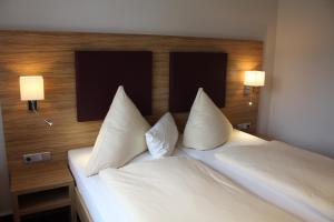 Кровать или кровати в номере Hotel Zum kühlen Grunde
