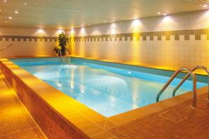 The swimming pool at or close to Leonardo Hotel Köln