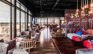 A restaurant or other place to eat at Solo Sokos Hotel Torni Tampere