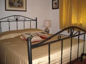 A bed or beds in a room at Arkos Casa Vacanze