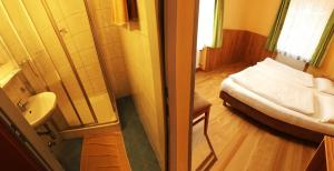 A bathroom at Pension Jahn