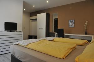 """Ein Bett oder Betten in einem Zimmer der Unterkunft Hotel Krmstl """"Zur Stadt Gmunden"""""""