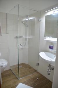 """Ein Badezimmer in der Unterkunft Hotel Krmstl """"Zur Stadt Gmunden"""""""