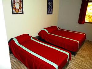 A bed or beds in a room at Hotel Kavana