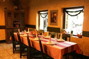 Restauracja lub miejsce do jedzenia w obiekcie Hotel Kuźnia Oberża Polska