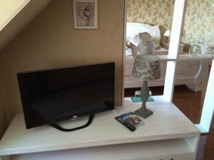 A television and/or entertainment centre at Malina Guest House