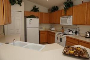 A kitchen or kitchenette at Arrow Creek Villa IC804