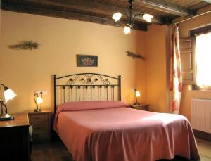 A bed or beds in a room at Casa Rural Burret