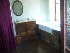 A bathroom at Old Miners' Cottages Bed and Breakfast