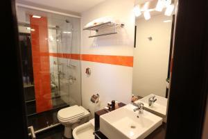 Un baño de Puerto Mercado Hotel