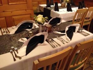 Ein Restaurant oder anderes Speiselokal in der Unterkunft Gasthof Hotel Bauer