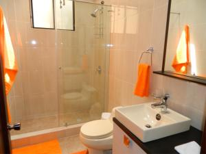 A bathroom at ITSAHOME Apartments Torre Santos