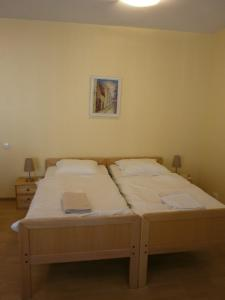 Ein Bett oder Betten in einem Zimmer der Unterkunft Simon-Dach-Haus