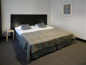 A bed or beds in a room at Hotel Tegel
