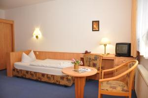 A bed or beds in a room at Pension Lindenhof