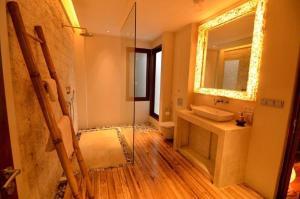 A bathroom at Villa Ananda