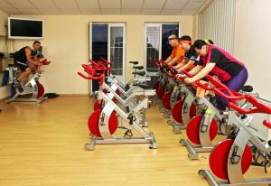 The fitness center and/or fitness facilities at Sportpenzion Pohoda