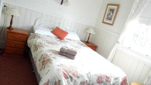 A bed or beds in a room at Hillview House Launceston