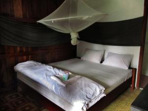 A bed or beds in a room at Riverview Bungalows & GH