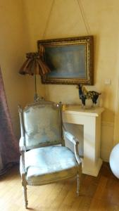 A seating area at Maison Epellius