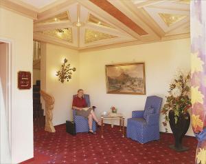 Ein Sitzbereich in der Unterkunft Hotel Zum weißen Stein
