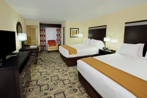 A bed or beds in a room at Holiday Inn Express Augusta Downtown