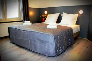 A bed or beds in a room at Hotel Dupuis