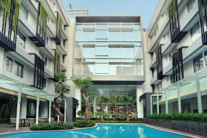 The swimming pool at or close to Mercure Jakarta Sabang