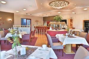 A restaurant or other place to eat at Hotel Kristall