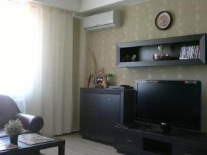 Телевизор и/или развлекательный центр в Апартаменты Сибкварт