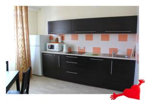 Кухня или мини-кухня в Апартаменты Сибкварт