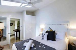 A bed or beds in a room at Jimmy's Beach House