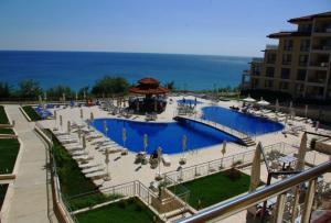 Изглед към басейн в Byala Beach Resort Apartments или наблизо