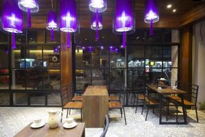 A restaurant or other place to eat at Nakorn De Sukhothai Hip Hotel