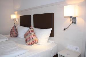 A bed or beds in a room at Hotel Am Quellberg