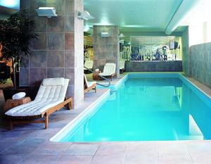 The swimming pool at or near Loews New Orleans Hotel