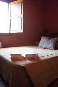 A bed or beds in a room at Hotel Rural Barranc De L'ínfern