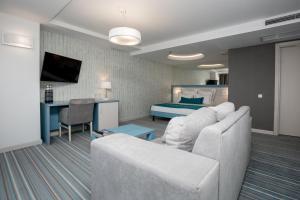 A seating area at Atlantic Garden Resort